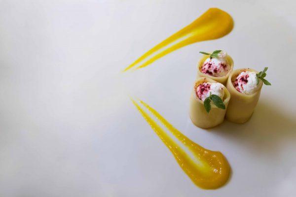 Paccheri con crema di ricotta montata a polvere di barbabietola, con salsa